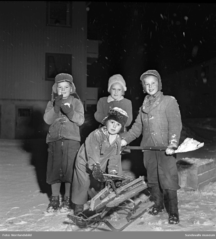 Fyra barn som är glada över den första snön: Kjell-Åke Burman, Urban Tjelldén, Lena Enström och Rolf Bengtsson.