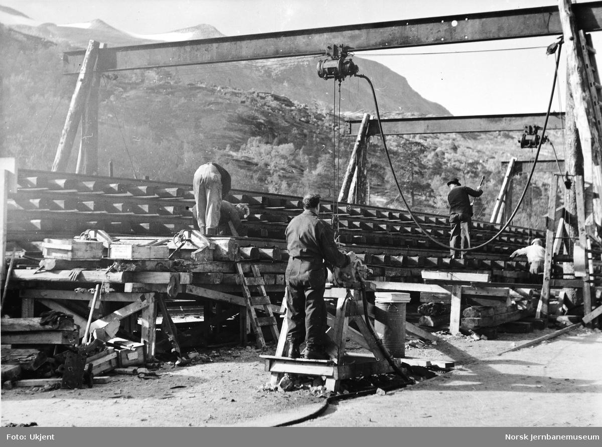 Skinnelegging Kjemåga-Saltdal - sammenmontering av skinner og sviller på montasjeplassen ved Kjemåga kryssingsspor