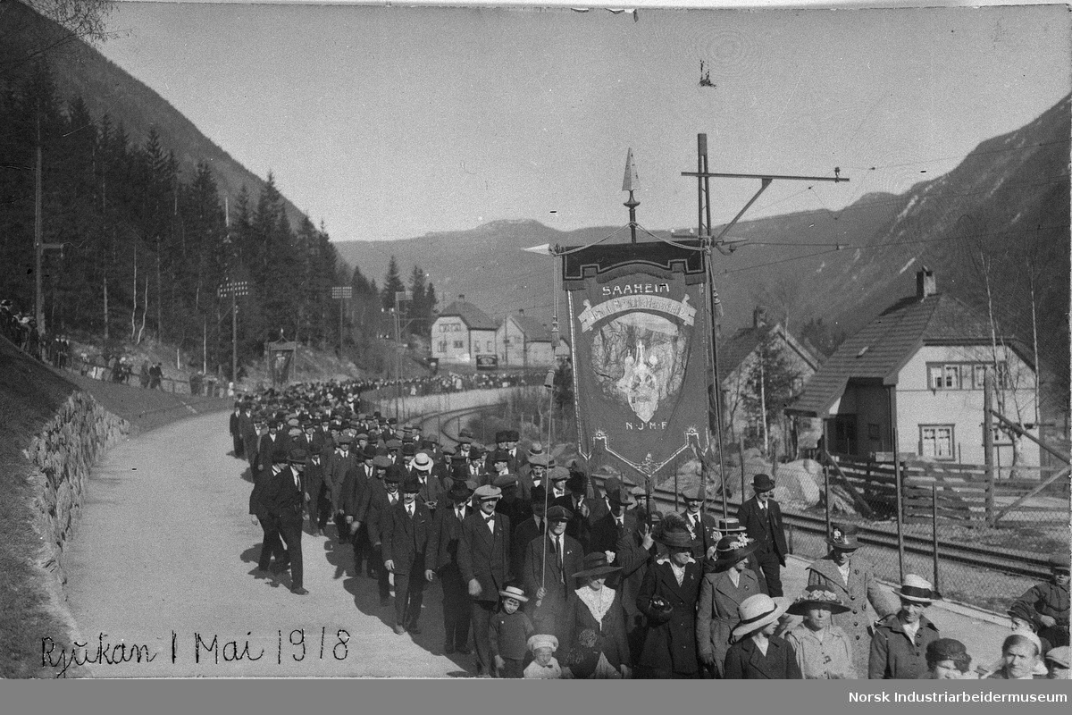 1. mai. FØRSTE MAI TOG PÅ RJUKAN I 1918 - VED KIRKESVINGEN