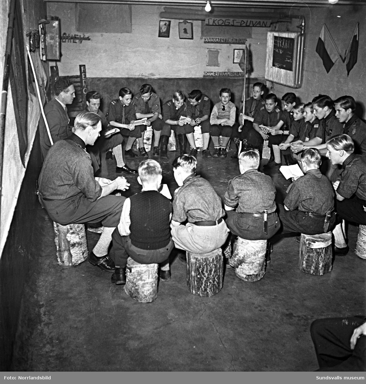 Frälsningsarméns scoutkår, pojkscouter och ledare i en källarlokal.