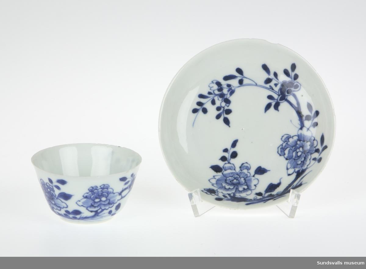 SuM 2860:1-4 kopp med fat, klockformad kopp med dekor föreställande blomrankor. Underglasyrmålning i blått.