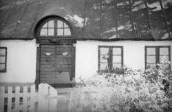 10007 västfasad av huset å nummer 6 i Kämpinge by Reng, väve