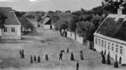 Skanör gamla skolan till höger, Rådstugan till vänster foto
