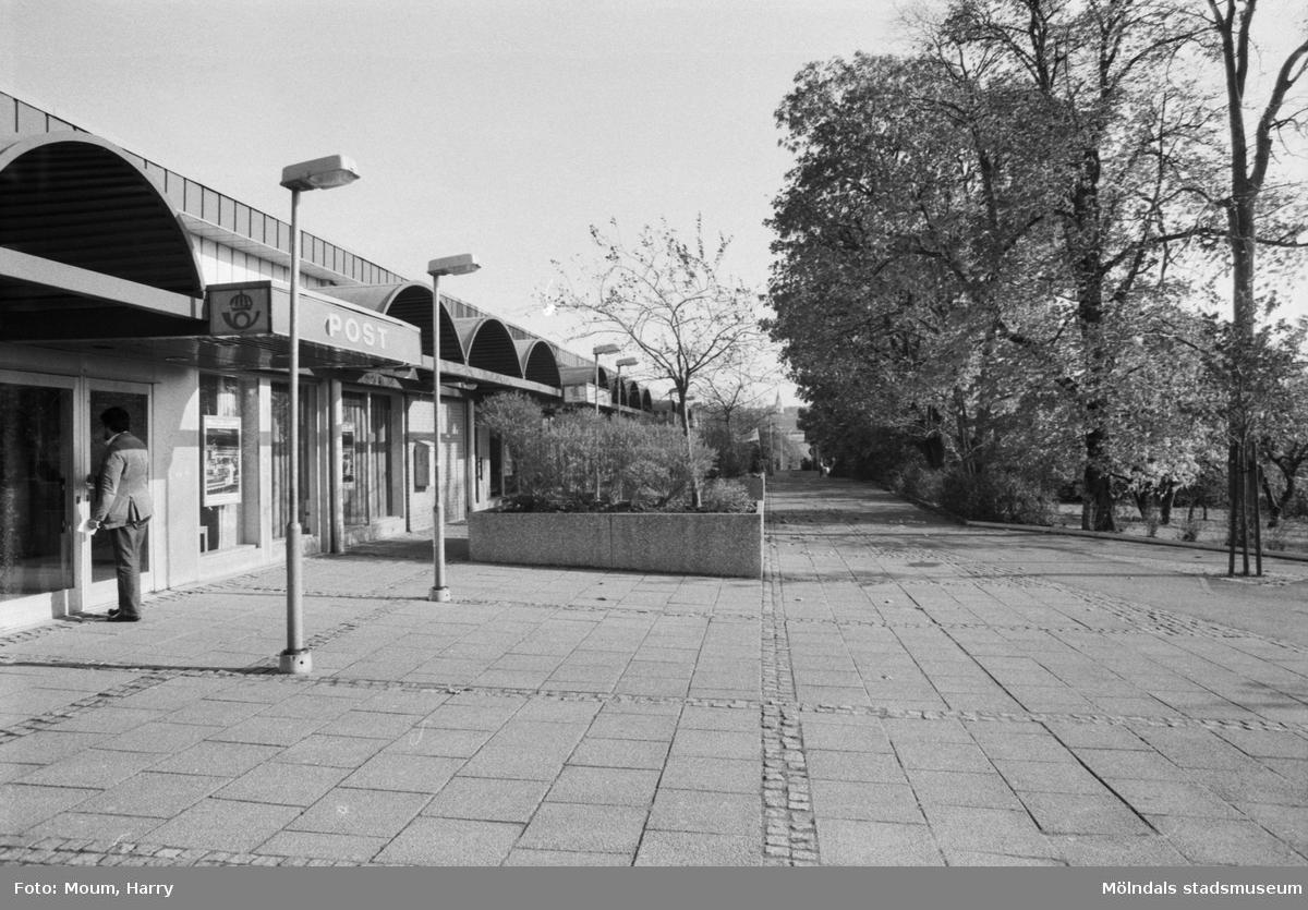 Lindome centrum inför 10-årsjubileet, år 1983.  För mer information om bilden se under tilläggsinformation.