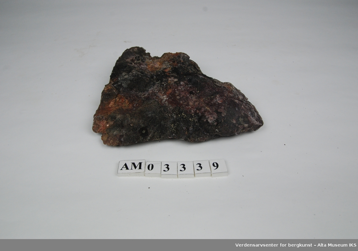 6 stk. Breksje med hvit og rød kvarts,  som fylte grotter etter at de hadde kollapset.  Del av samling v/feltkurs i geologi 1999, Alta.