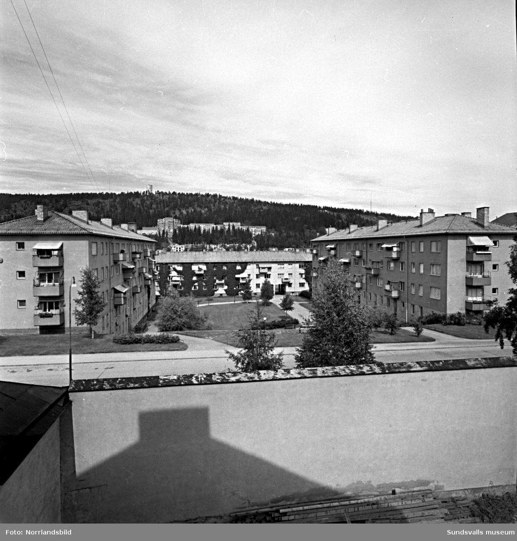 Flerfamiljshus på Västermalm, fotograferat norrut från Kronohäktet som låg där Åkersviks skola numera (2015) ligger. I bakgrunden syns Norra berget.