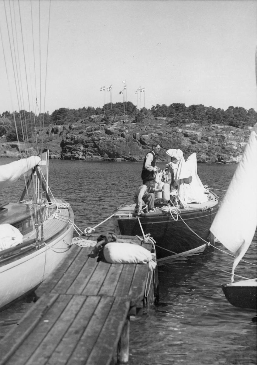 Fartyg: ITAKA                          Bredd över allt 3,04 meter Längd över allt 18,54 meter  Rederi: Engwall, Sven Byggår: 1934 Varv: Stockholms Båtbyggeri Konstruktör: Holm, Tore Övrigt: Från Sandhamnsregattan 1937, avslutningsdagen 13 juni. Under distansseglingen föregående dag från Saltsjöbaden till Sandhamn hade 10-S8 ITAKA (ex ZIBELINE) på Gråskärsfjärden råkat ut för rigghaveri (se KSSS årsbok 1938 s 84).