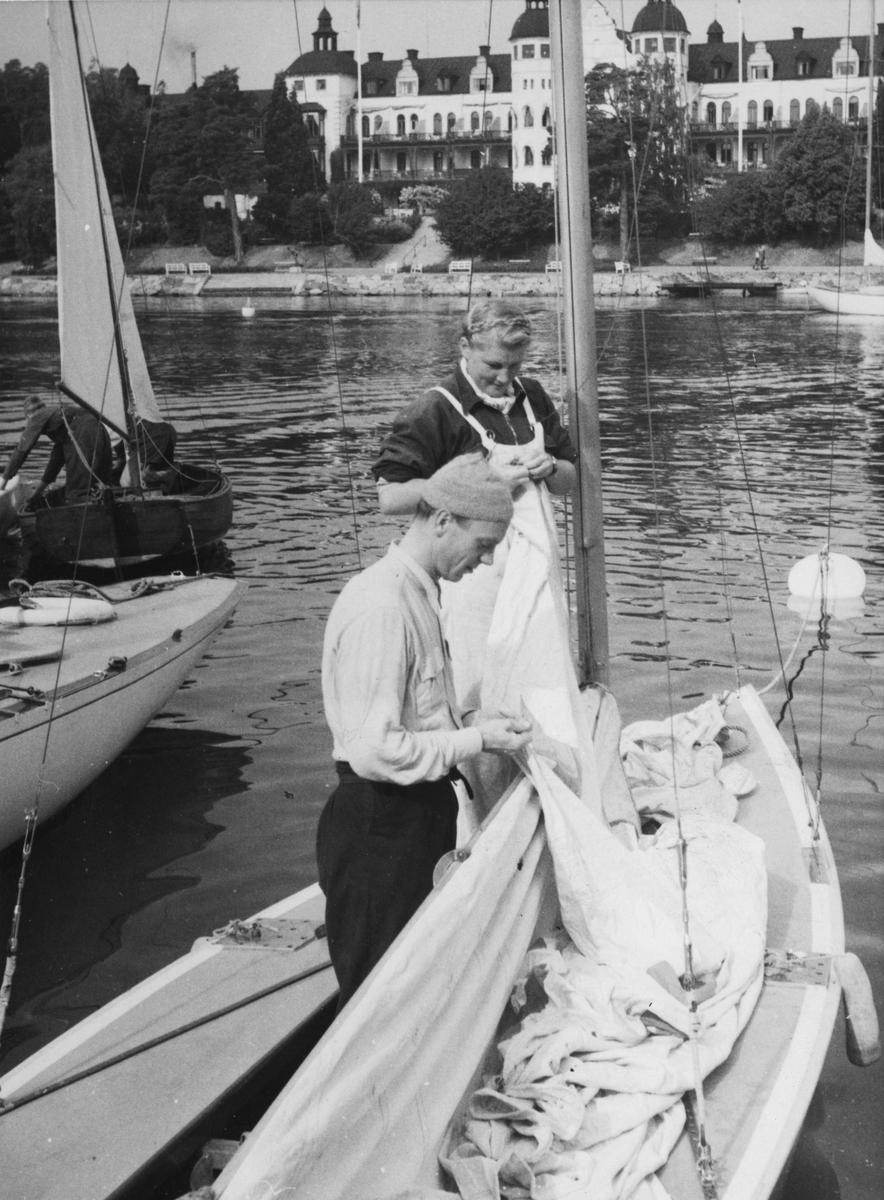 """""""Seglenas hissande"""" """"Fru Inger Melin segrade i Starbåtsklassens damsegling med maken Starbåtsmästaren Bengt Melin"""""""