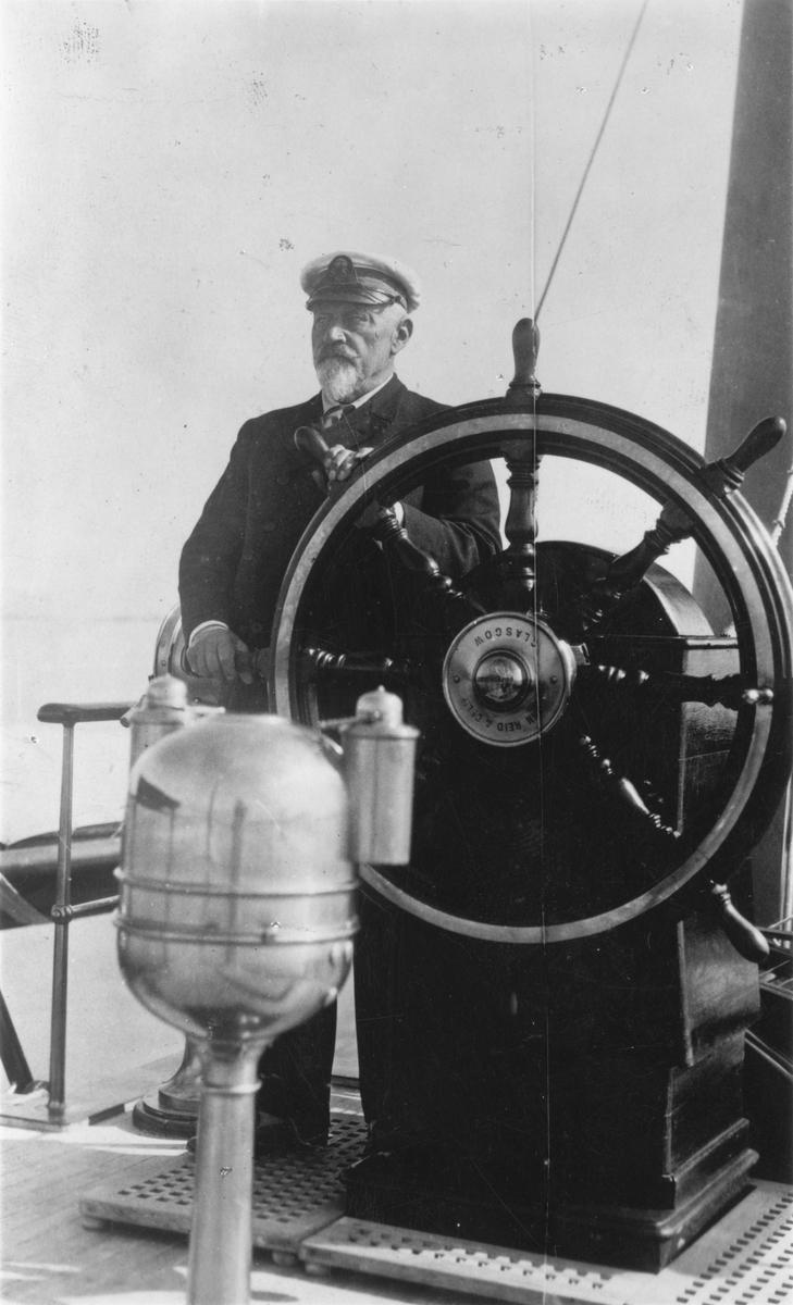 Övrigt: K. A. Wallenberg 1853-1938, medlem av KSSS sedan 1875; här ombord på sin ångjakt FUJIYAMA (b. 1895). Fotografiet återgivet i KSSS årsbok 1939 s 76 med anledning av Wallenbergs bortgång.