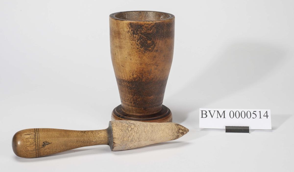 Dreid morter i tre med form som en stor pokal.