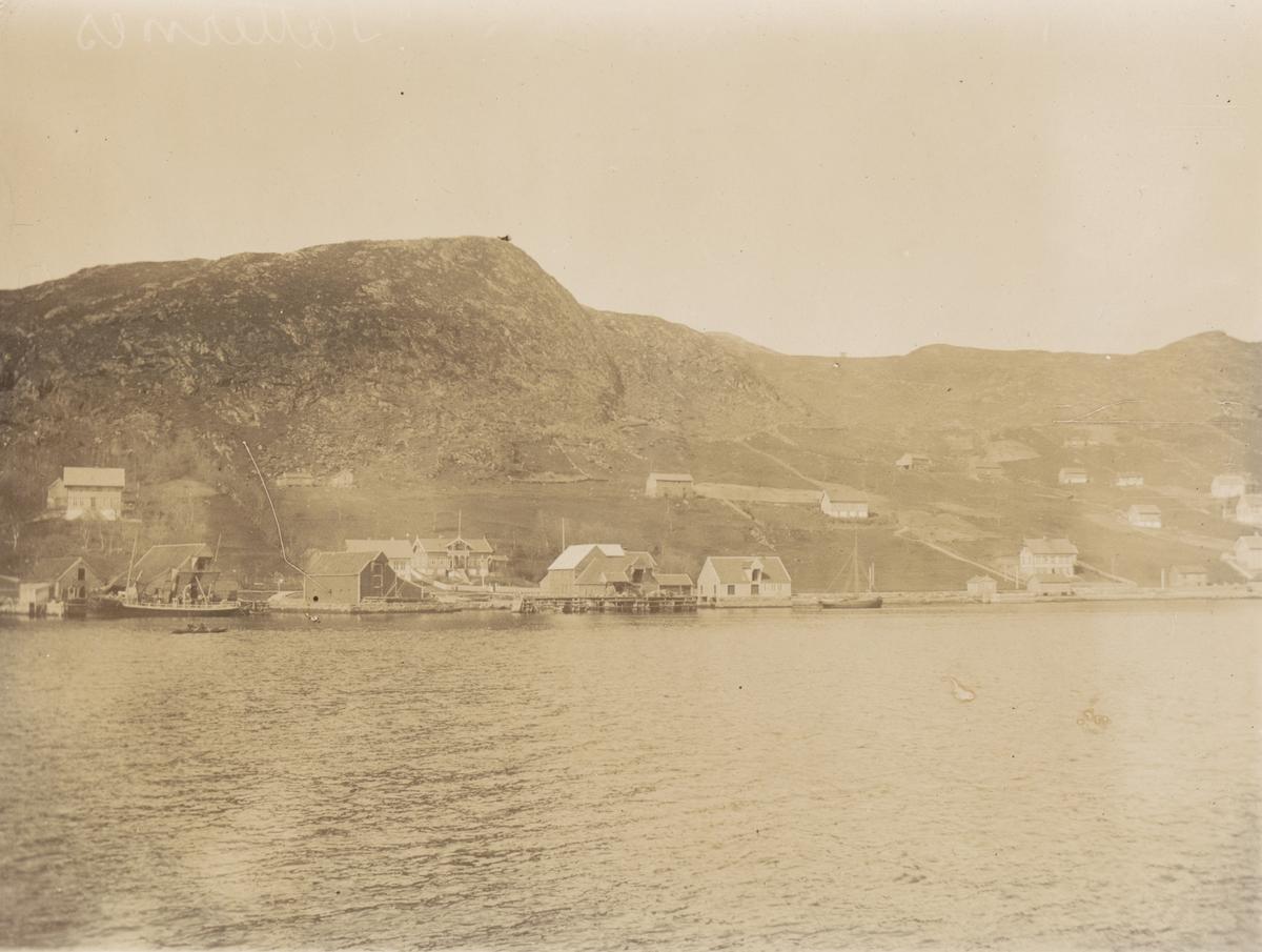 Havnemiljø på Vågsøy med båter og sjøboder. Motiv tatt under inspeksjonsreise av Fyrvesenet ved Carl F. Rode.