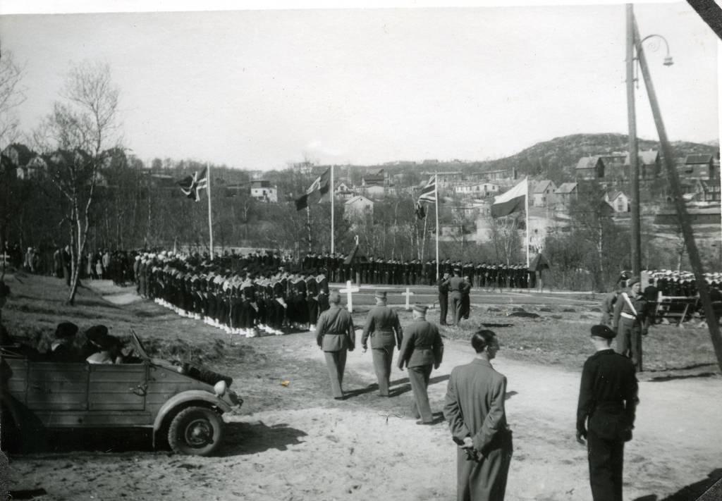 Flåtebesøk i Narvik 28. mai 1946. 6-årsdagen for kapitulasjonen Norge/Tyskland. Bekransning av franske graver. Til v. Wolkswagen Kübelwageekstysk feltvogn.