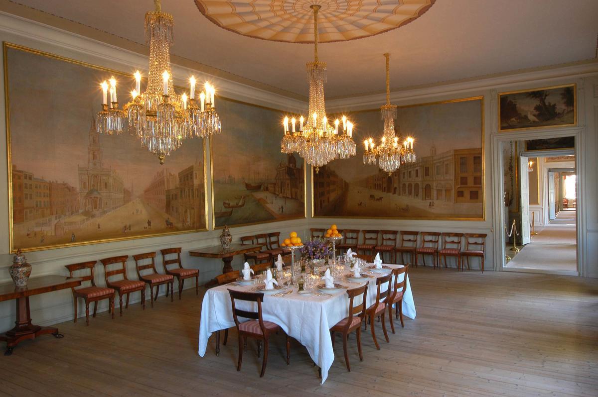 Spisesalen i Stiftsgården, med dekket bord, veggmalerier og tente lysekroner (Foto/Photo)