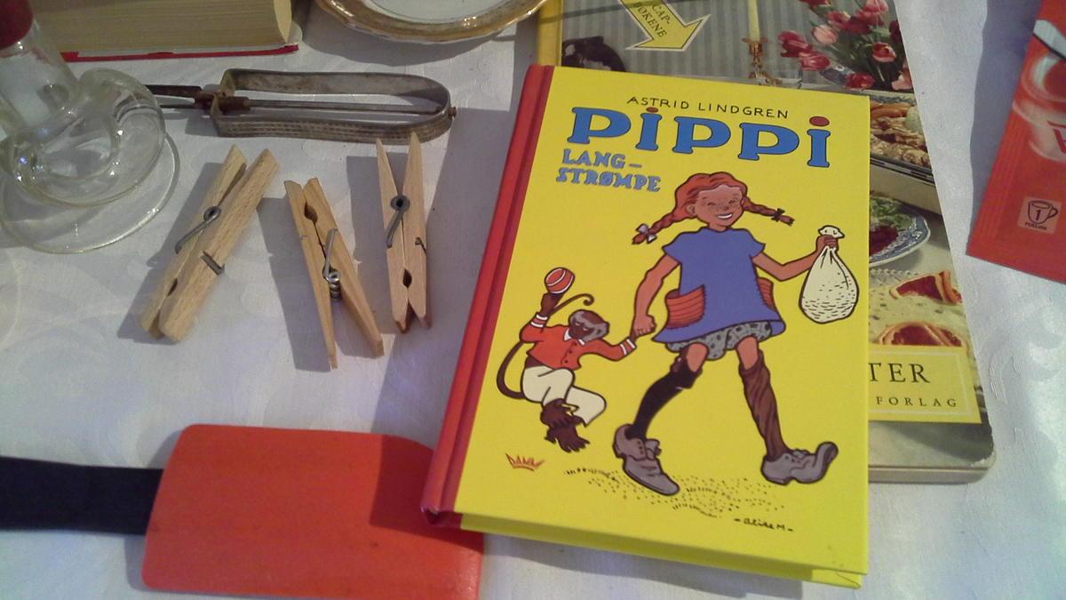 """Detalj av stilleben med """"kvinnesaker"""" og Pippi-bok"""