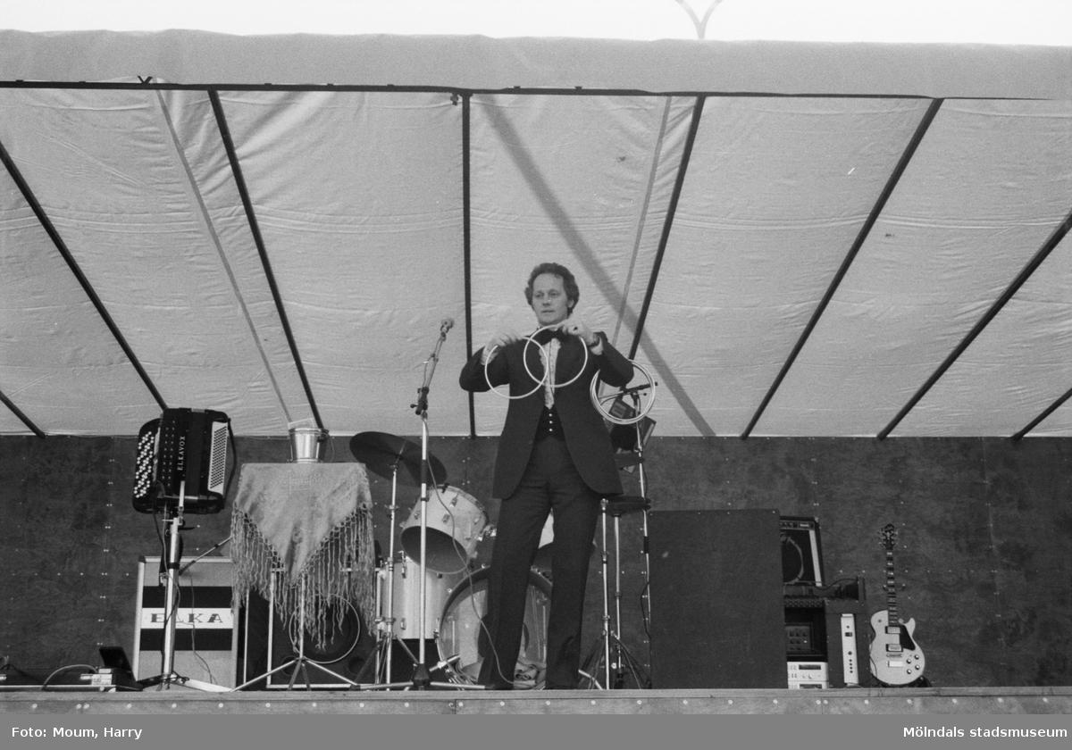 Lindome centrum firar 10-årsjubileum, år 1983. Trolleri med Gert Malmros.  För mer information om bilden se under tilläggsinformation.