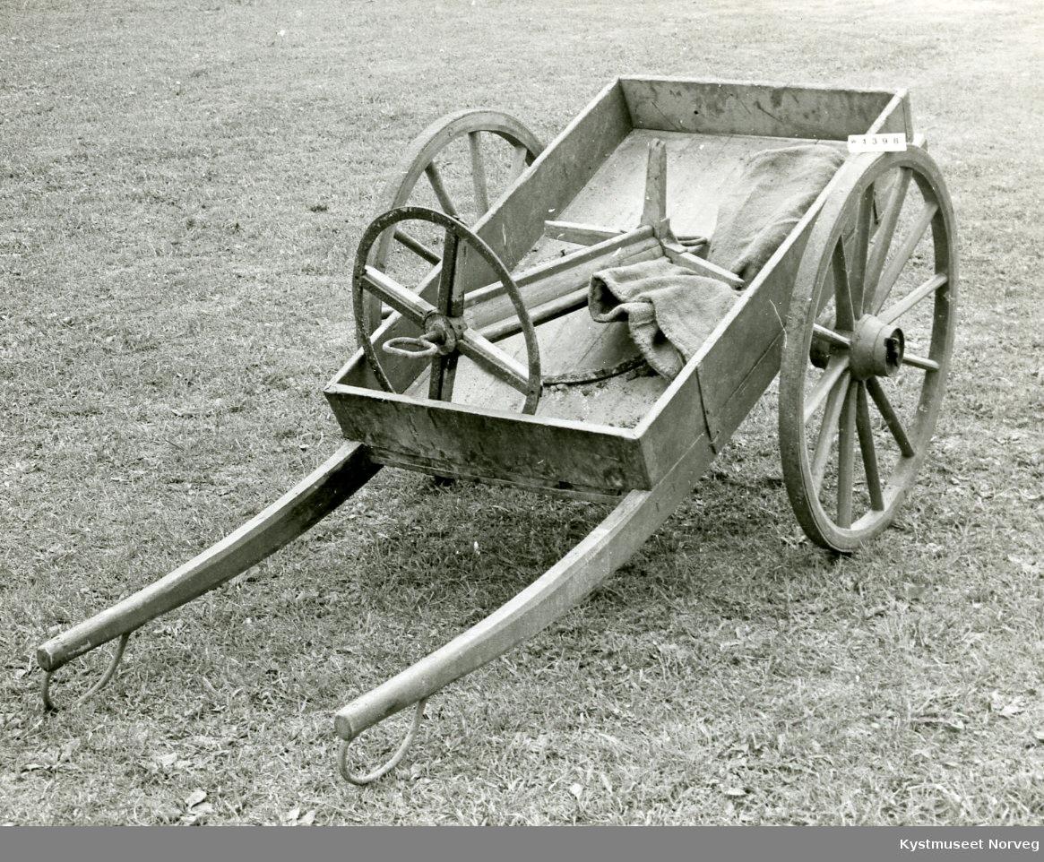 Hører sammen med W.1396, brannpumpevogna. Denne kjerra ble brukt til slange-vogn.