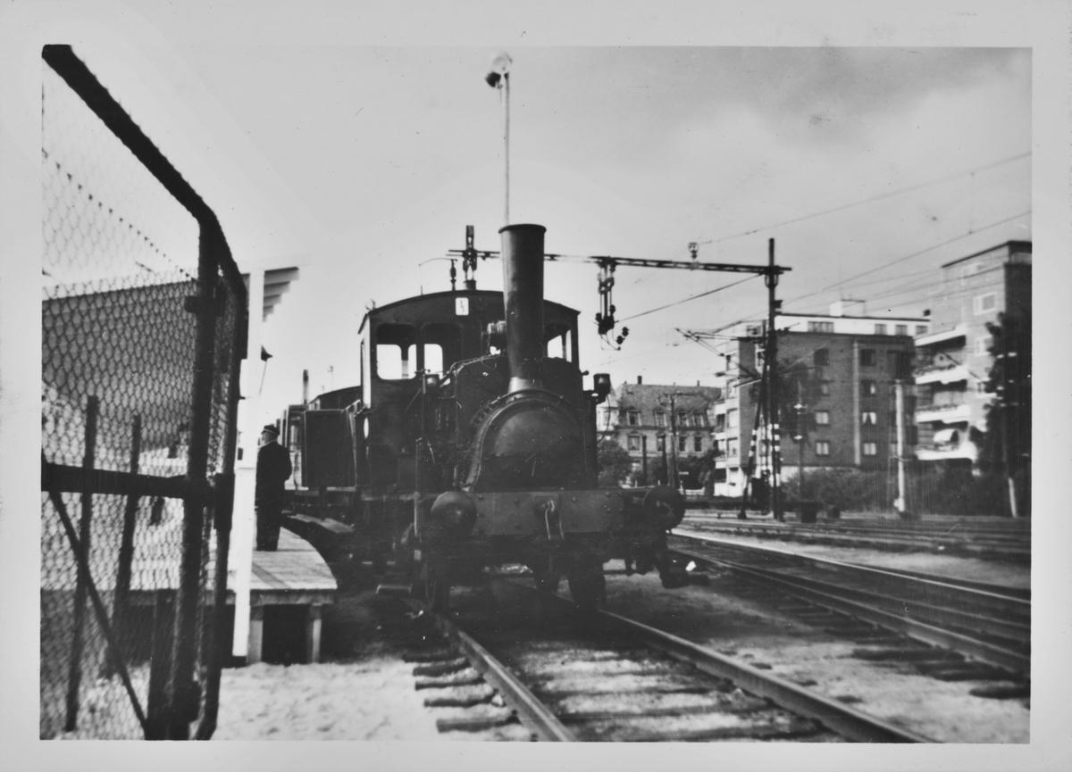 Damplokomotiv type 7a nr. 25 foran karettoget ved NSBs 100 års-utstilling