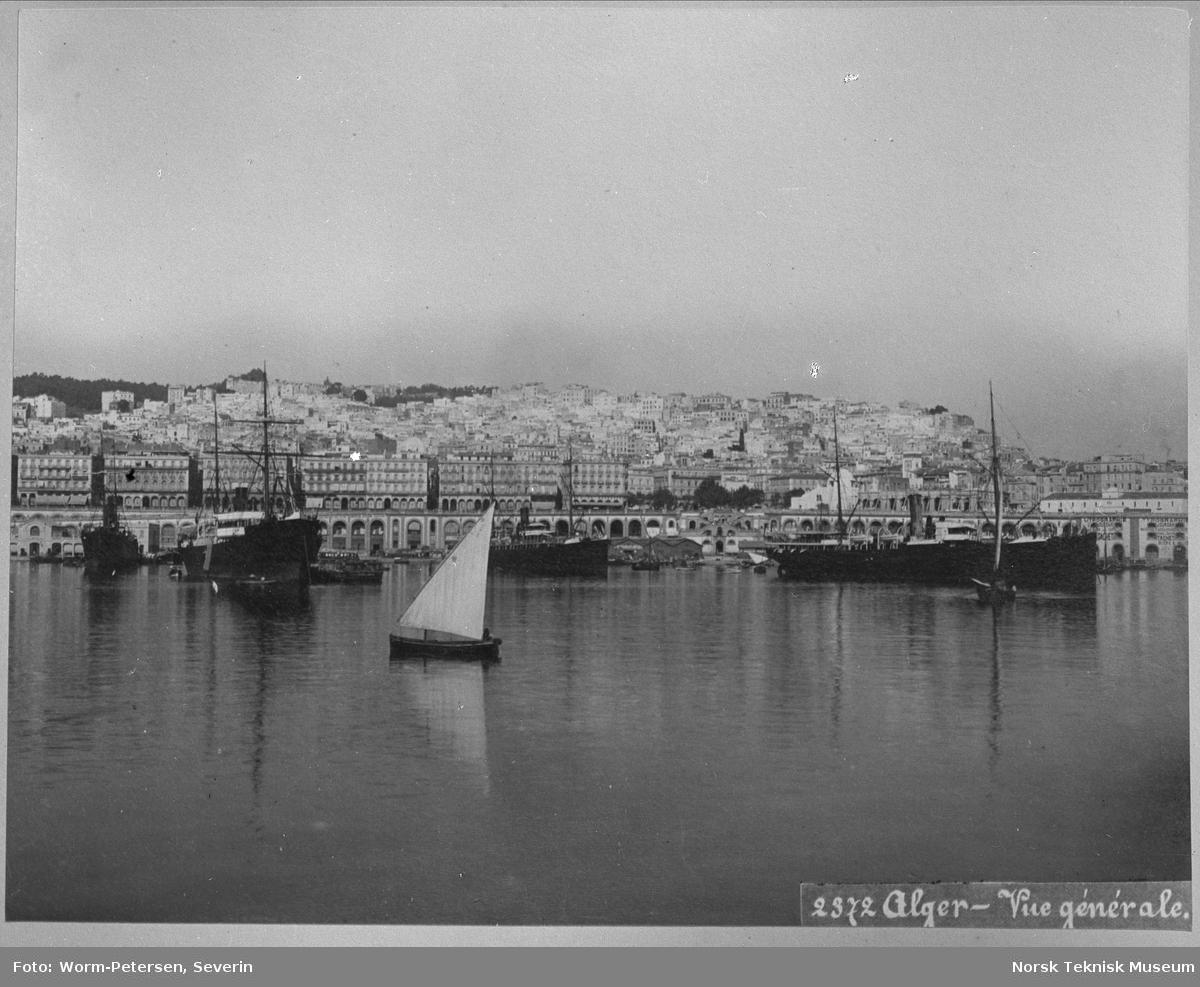 Båter utenfor en by i Algerie