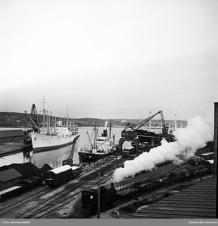 Båtar, tåg och kranar i Sundsvalls hamn.
