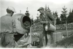 Lasse Pettersson i Hökhult och Allan Unbeck vid byggnationen