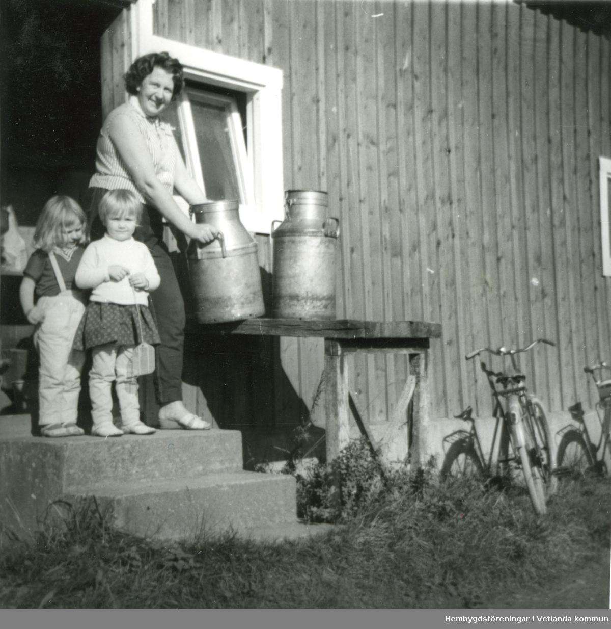 Mjölkleverans cirkan 1960. Viola Bergdahl samt hennes dotter Anneli och Irene Svensson (dotter till Mariann och Stig Svensson som hade affären i Slageryd).