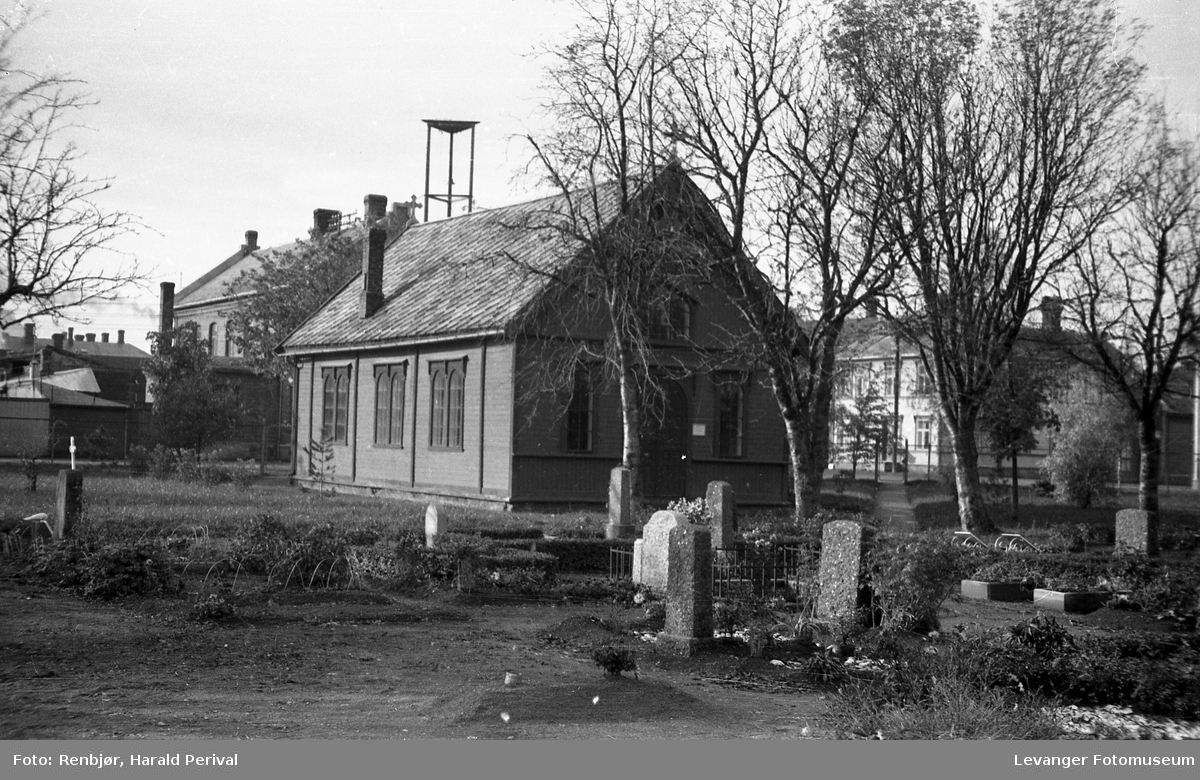 Levanger kirkegård med kapellet.