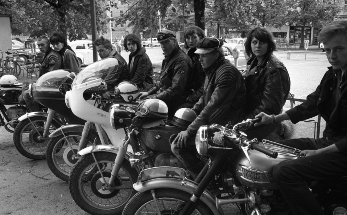 Knuttar och spättor 22 juni 1965.Nio stycken ungdomar med motorcyklar.
