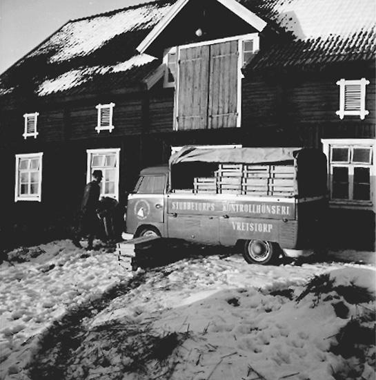 Stubbetorps Kontrollhönseri, lastbil, en man.Byggnad.