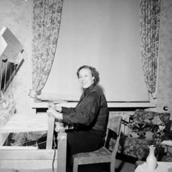 Rumsinteriör, vävning, en kvinna.Eiris Nyström