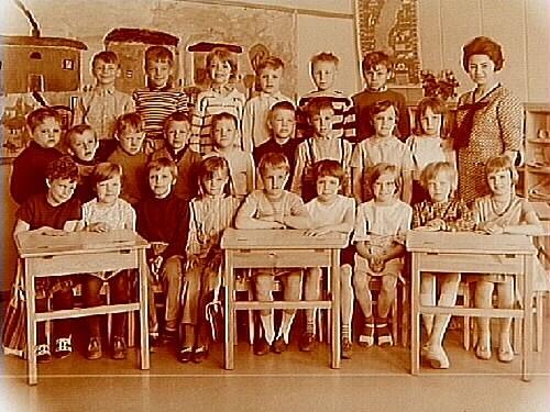 Vasakolan, klassrumsinteriör, klass 1A, sal 5.24 skolbarn och lärarinna fröken Astrid Lindlöf.