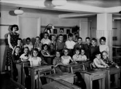 Rostaskolan, klassrumsinteriör, 23 skolbarn med lärarinna fr