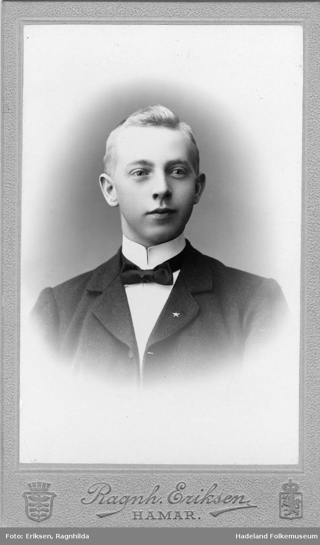 Brystbilde av Gudbrand Bolken, f. 1886. Lærer på Mutta skole ifølge folketelling 1910.