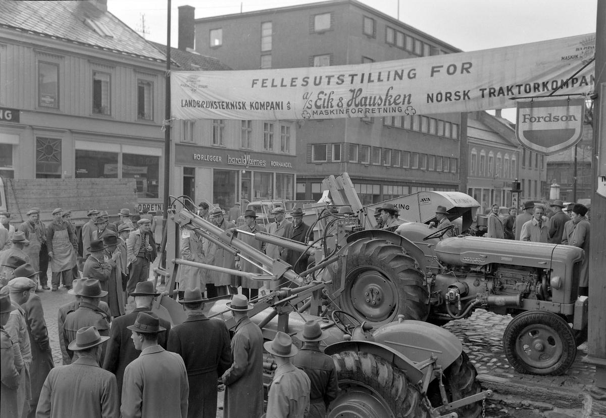 Utstilling i Fjordgata for Eik & Hausken's maskinforretning