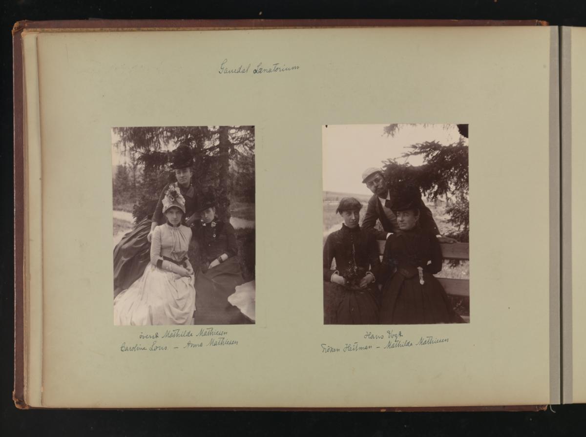 Albumside 15 av grågrønn kartong med to gruppebilder.
