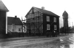 Tvåvånings bostadshus. Ett av många byggen. I bakgrunden d