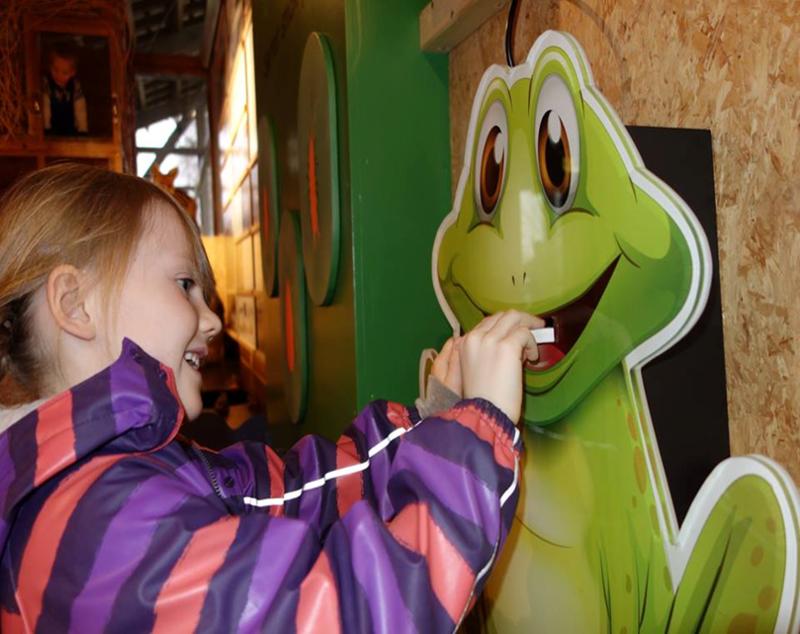 Foto av en jente som leker i utstillingen (Foto/Photo)