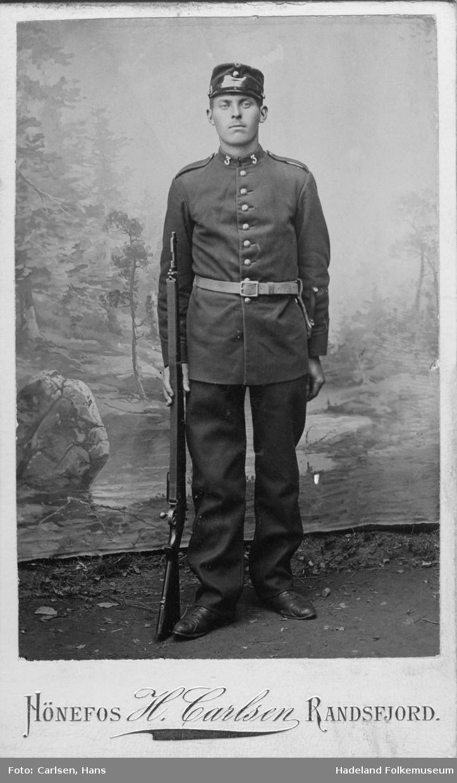Soldat i uniform og med gevær. Det er Kristian Kveen