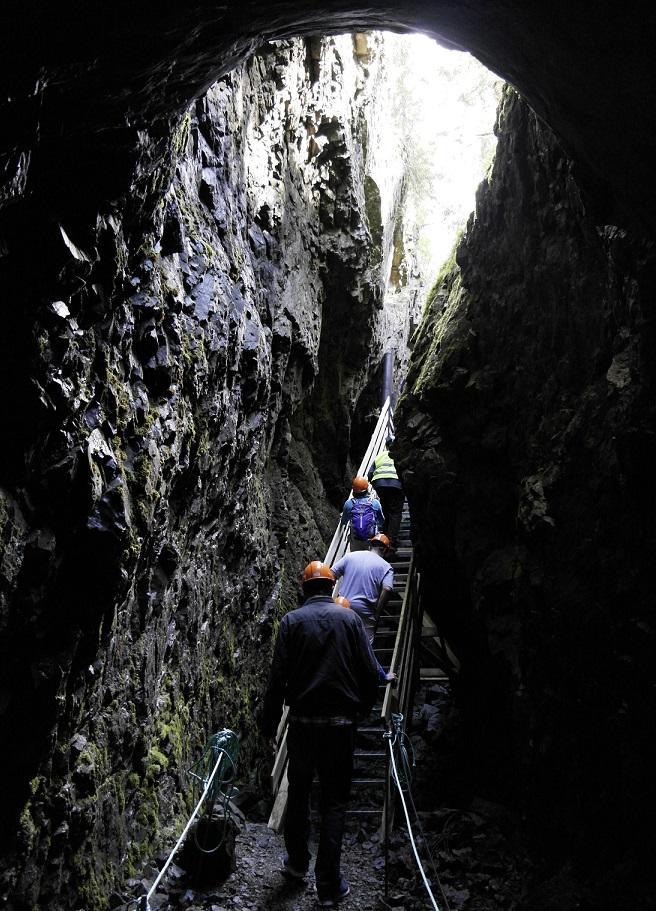 Mennesker som går opp en trapp fra en gruve