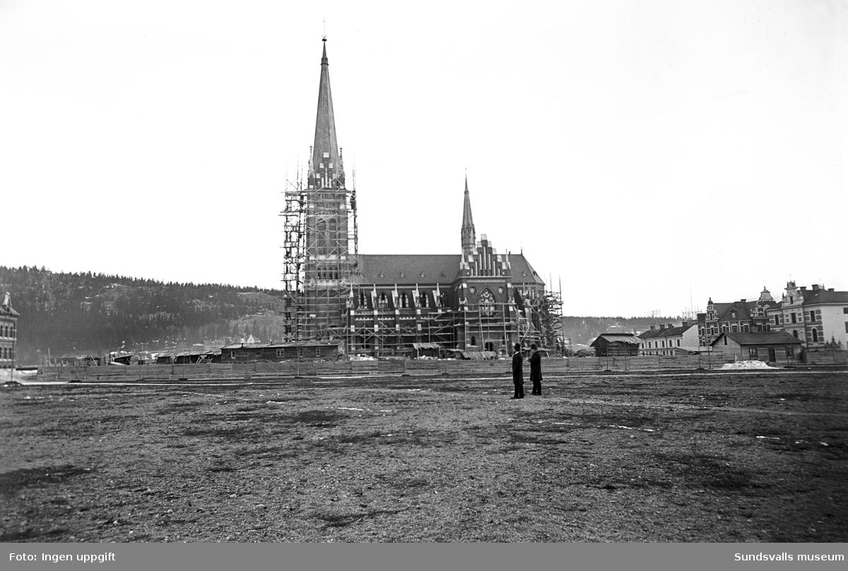 Gustav Adolfs kyrka nybyggd, med byggställningarna kvar.