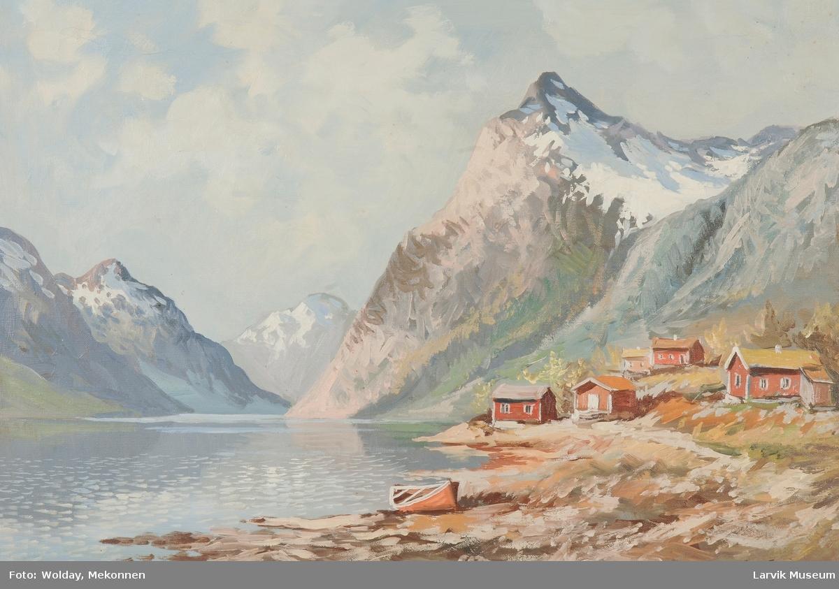 Nasjonalromantikk. Fjord på Vestlandet en vår-sommerdag. Røde hus og naust. En robåt ved land.