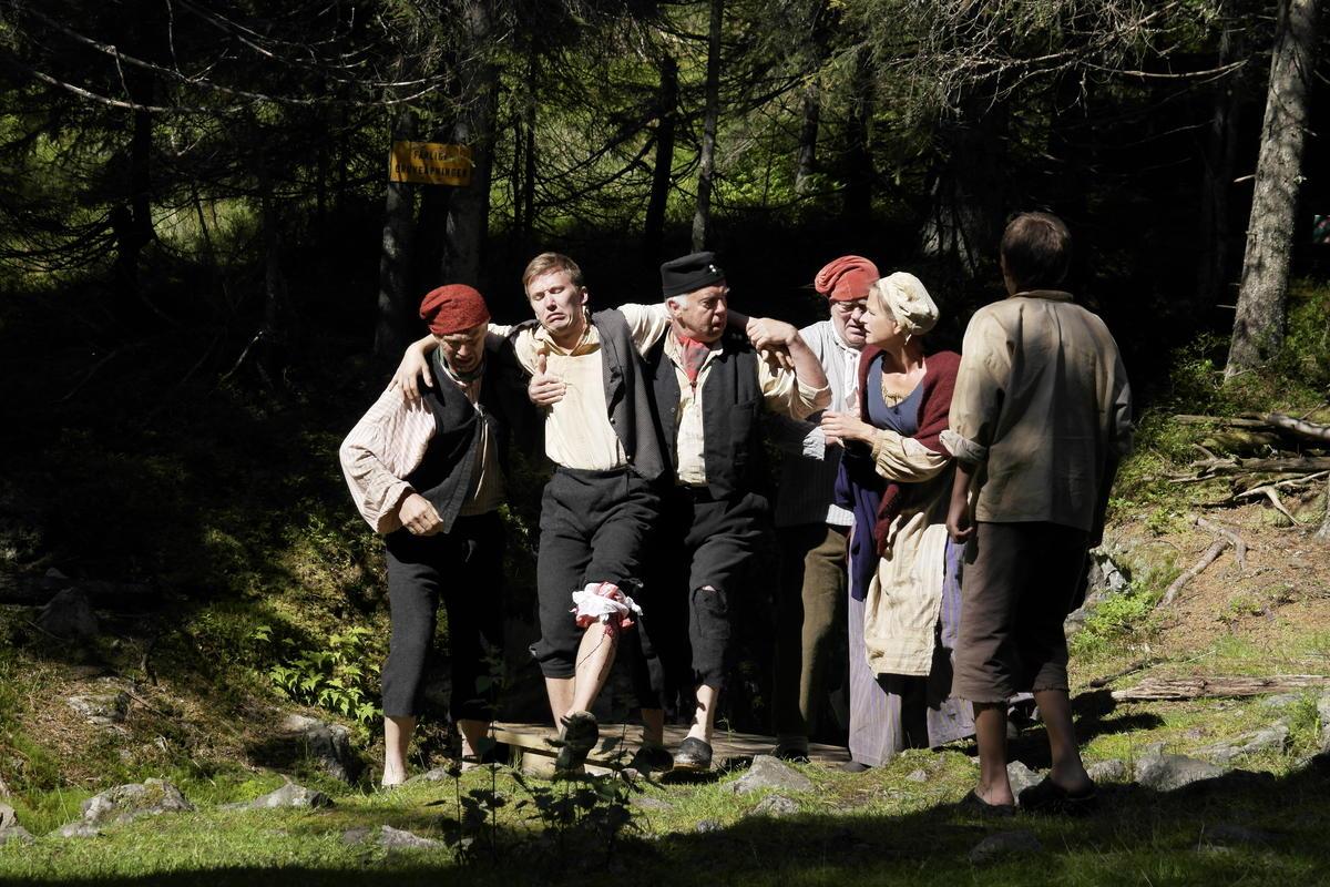 Et teaterstykke med mennesker kledd i roller (Foto/Photo)