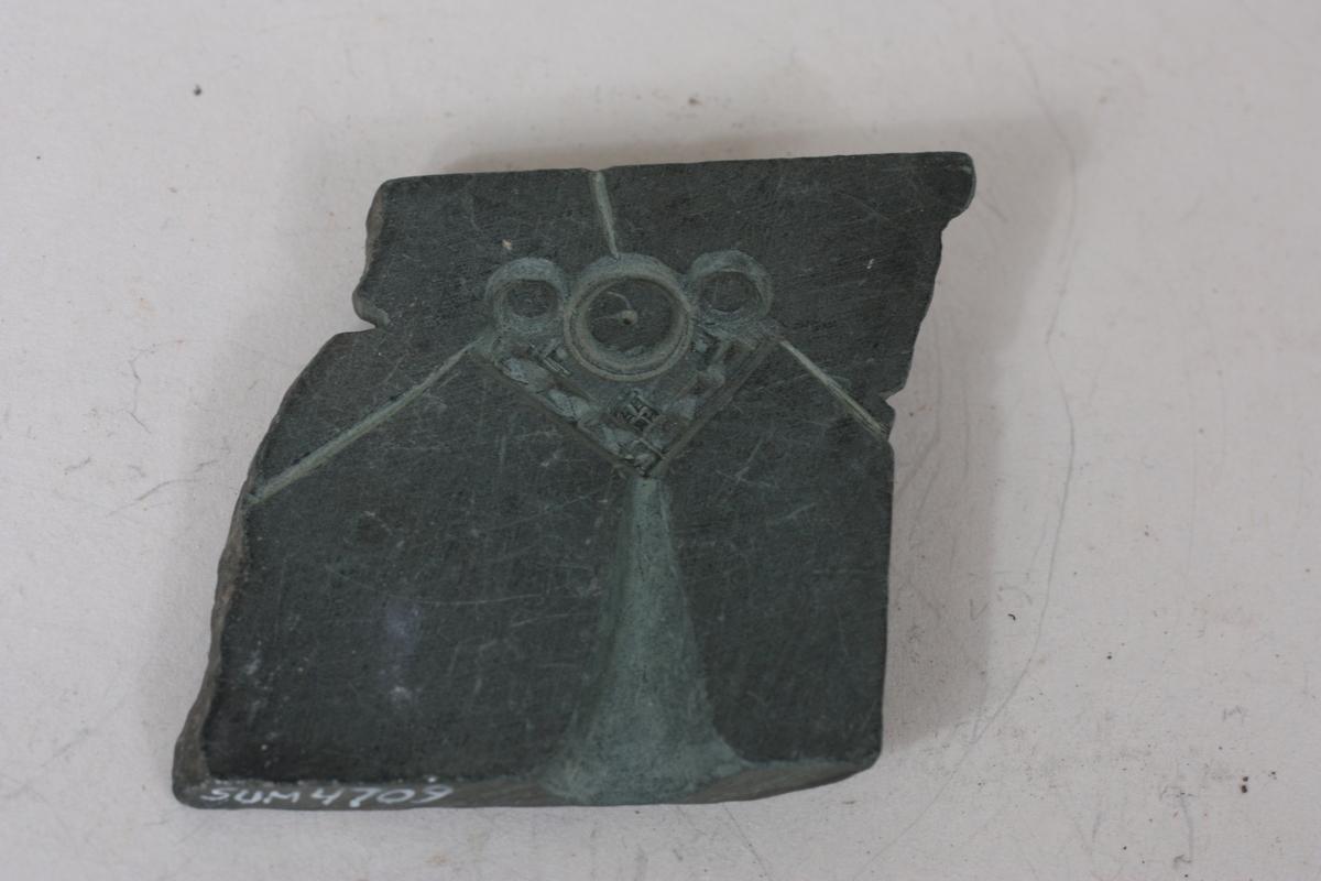 Form: Firkanta, rombeforma Hjarteforma spenne, 2,6 X 1,9 cm.