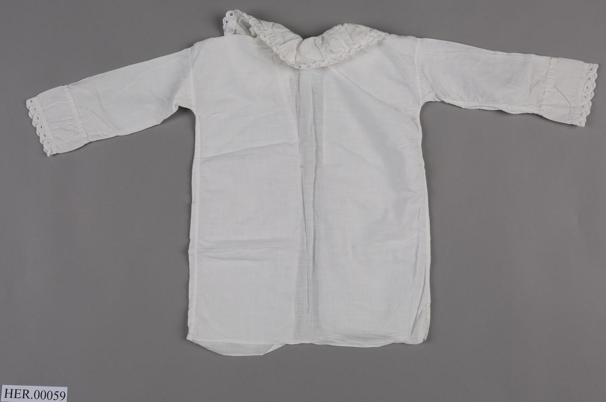 Kvit babynattskjorte med blondekrage og lange armer med blonder