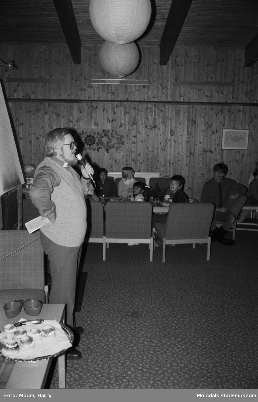 Scout- och föräldraträff i Kållereds missionskyrka, år 1984. Pastor Lars Larsson.  För mer information om bilden se under tilläggsinformation.