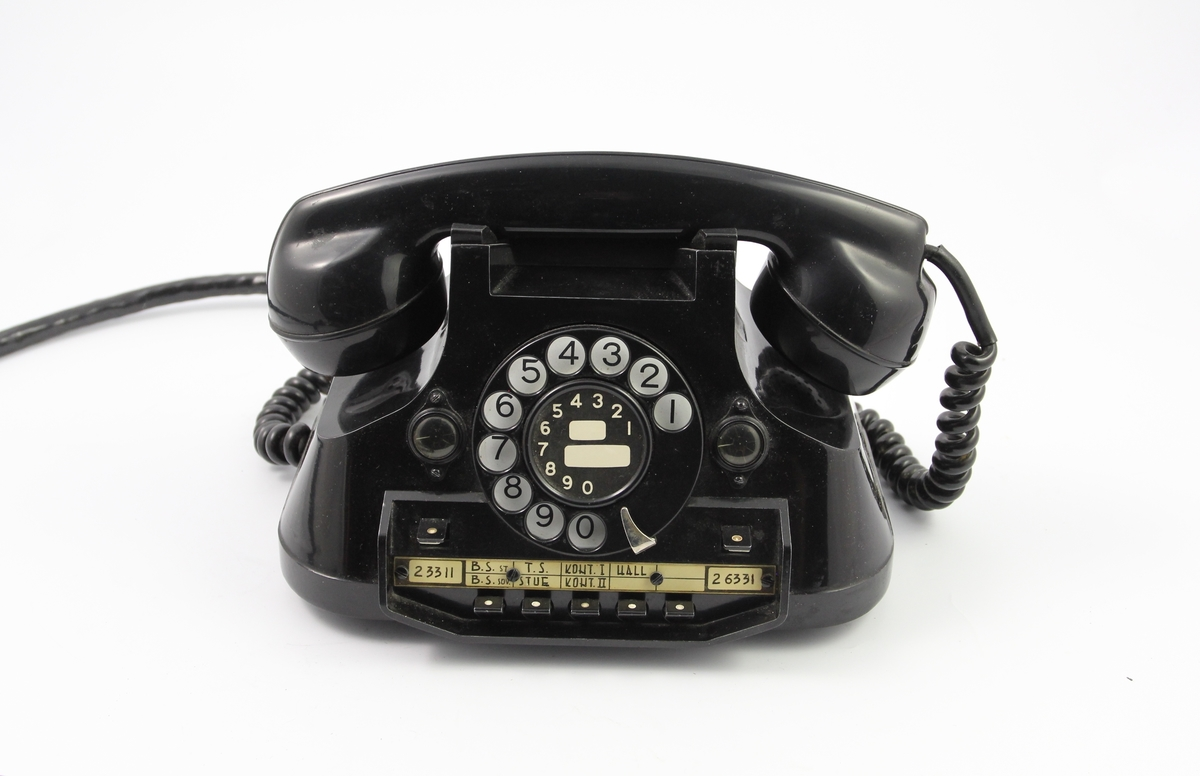 Sort bordtelefon fra 1963. Stod på Bjørn Schoders assistents kontorpult. Direkte overføring til Bjørns kontor. To linjer inn.