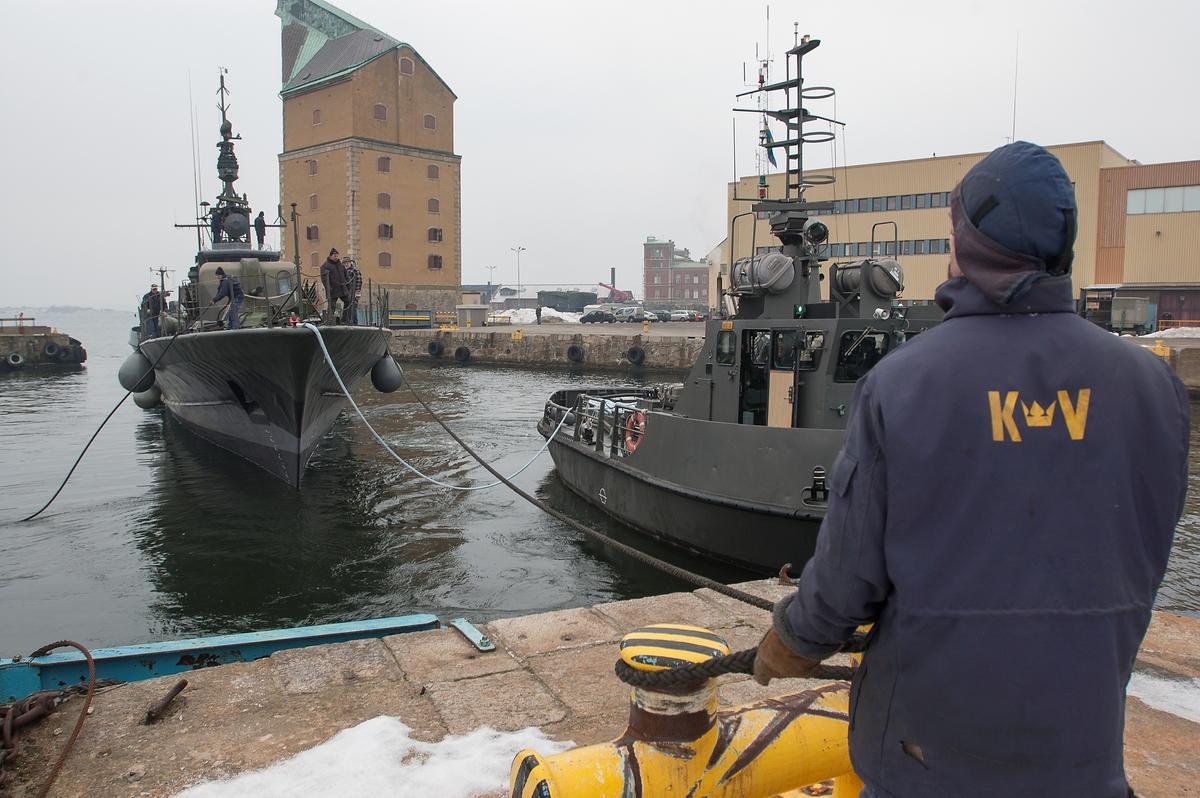 HMS Västervik dockas ut på Karlskronavarvet efter översyn.