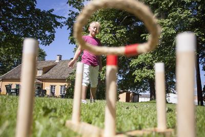 Et barn leker med ringspill