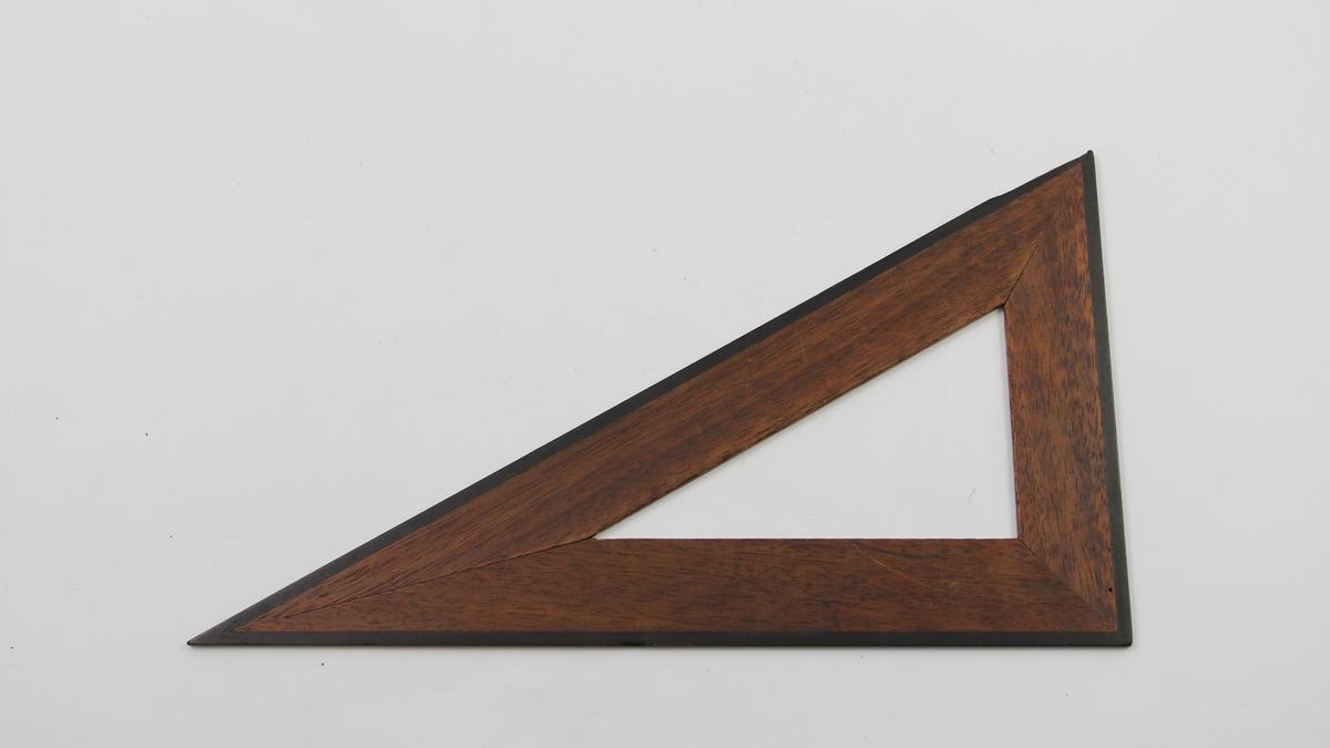 3 vinkelhaker i tre, ulike størrelser Rettvinklet trekant laget av tre sammenlimte lister, sorte kanter, ellers varm trefarge.