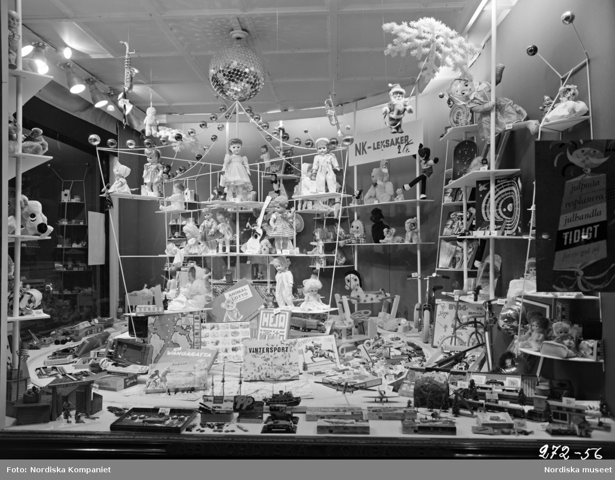 """Skyltfönster på Nordiska Kompaniet. Leksaker.""""Julposta, reshandla, planera tidigt för en God jul"""""""