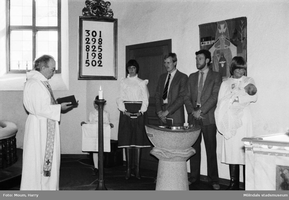 Kyrkoherde Gustaf Lindman förrättar ett dop i Kållereds kyrka, år 1984.  Fotografi taget av Harry Moum, HUM, Mölndals-Posten, vecka 8, år 1984.